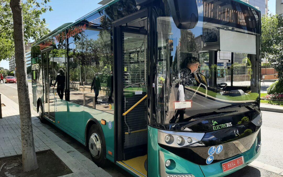 Conductors de Reus Transport fan proves de conducció d'un bus 100% elèctric en circuït urbà